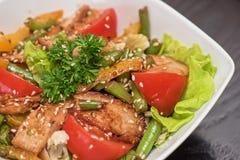 Insalata calda con il pollo Fotografia Stock Libera da Diritti