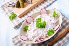 Insalata casalinga deliziosa della carne con maionese ed il cetriolo fotografia stock