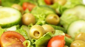 Insalata classica con le olive verdi fotografie stock libere da diritti