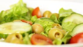 Insalata classica con le olive verdi fotografia stock