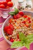 Insalata compitata con i pomodori, le carote ed il basilico immagine stock