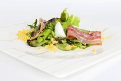 Insalata con bacon e l'uovo Immagini Stock Libere da Diritti