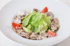 Insalata con carne con salsa cremosa, ase, lattuga, lattuga romana, pomodori ciliegia dell'iceberg sopra il piatto Fotografia Stock