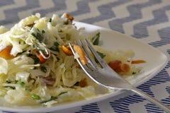 Insalata con cavolo ed i funghi su un piatto bianco Fotografia Stock
