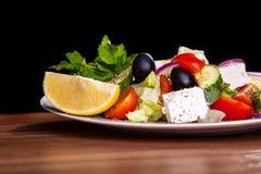 Insalata con feta, olive, lattuga, pomodori, cetriolo, limone Immagini Stock Libere da Diritti