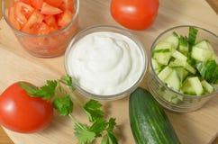 Insalata con i cetrioli, i pomodori e la panna acida, maionese Immagini Stock Libere da Diritti