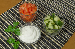Insalata con i cetrioli, i pomodori e la panna acida, maionese Fotografia Stock Libera da Diritti