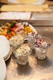 Insalata con i fagioli, dessert e verdure e carne in cucina Immagine Stock