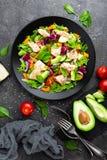 Insalata con i pesci Insalata della verdura fresca con il filetto di pesce di color salmone Insalata del pesce con il raccordo e  immagine stock libera da diritti