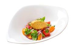 Insalata con i pomodori ciliegia e la salsa del guacamole Fotografia Stock Libera da Diritti