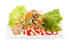 Insalata con i verdi assortiti, carne di maiale fritta, carote Immagini Stock Libere da Diritti