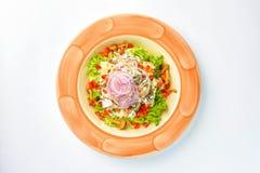 Insalata con i verdi, le cipolle ed i funghi su un fondo bianco Fotografia Stock