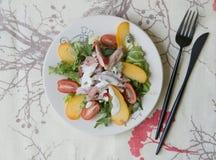 Insalata con il cachi, il pollo affumicato, i pomodori ciliegia, il formaggio del camembert e la salsa di formaggio blu Piatto fe fotografie stock
