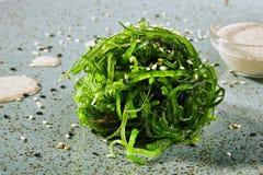 Insalata con il chuka delle alghe con salsa immagine stock