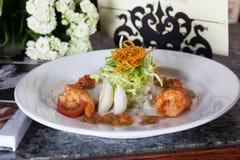 Insalata con il gamberetto dell'uovo di quaglia, pomodori, cavolo in vetri del ristorante di una festa di natura morta Immagini Stock