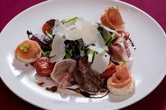 INSALATA CON il parmigiano di prosciutto di Parma E di RUCOLLA Immagini Stock Libere da Diritti