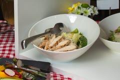 Insalata con il pollo nella ciotola bianca Fotografia Stock Libera da Diritti