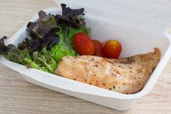 Insalata con il pollo su un contenitore di alimento Immagini Stock