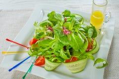 Insalata con l'avocado ed i pecan, ciliegia del pomodoro, cetriolo su bianco Fotografia Stock Libera da Diritti