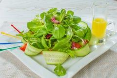 Insalata con l'avocado ed i pecan, ciliegia del pomodoro, cetriolo su bianco Immagine Stock Libera da Diritti