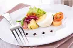 Insalata con l'uovo, il pomodoro ed il bacon Fotografia Stock Libera da Diritti