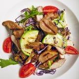 Insalata con la carne della griglia e la verdura della griglia Immagini Stock