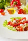 Insalata con la mozzarella dei pomodori ciliegia, verdi Primo piano immagini stock