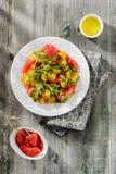 Insalata con la rucola, i pomodori gialli ed il pompelmo rosso Immagini Stock Libere da Diritti