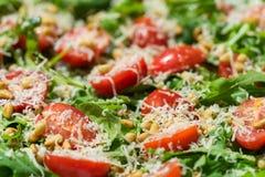 Insalata con la rucola, i pomodori, il parmigiano ed i pinoli Fotografia Stock Libera da Diritti