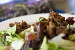 Insalata con le erbe e la lattuga fresche con l'uva ed il fegato fritto fotografia stock libera da diritti