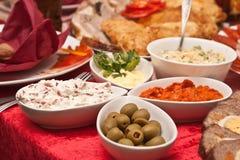 Insalata con le olive in piccole ciotole Fotografia Stock Libera da Diritti