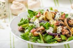 Insalata con le patate novelle ed il formaggio blu fotografie stock libere da diritti