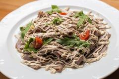 Insalata con le verdure, carne su un piatto Fotografie Stock Libere da Diritti