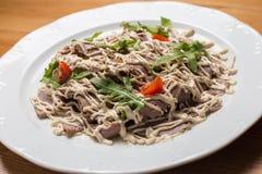 Insalata con le verdure, carne su un piatto Immagine Stock