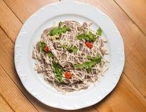 Insalata con le verdure, carne su un piatto Fotografia Stock Libera da Diritti