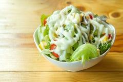 Insalata con le verdure ed i verdi Fotografie Stock