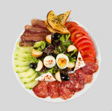 Insalata con le verdure, l'uovo, il formaggio e la salsiccia Immagini Stock