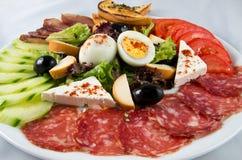 Insalata con le verdure, l'uovo, il formaggio e la salsiccia Fotografie Stock Libere da Diritti
