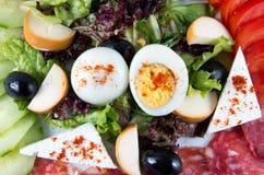 Insalata con le verdure, l'uovo, il formaggio e la salsiccia Immagini Stock Libere da Diritti