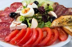 Insalata con le verdure, l'uovo, il formaggio e la salsiccia Fotografia Stock Libera da Diritti