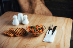 Insalata con manzo, le carote e il konzhutom spruzzato di fasoli Immagini Stock Libere da Diritti