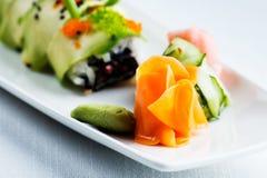 Insalata con riso, pomodori di color salmone ed organici, carote, cetrioli ed erbe fotografie stock