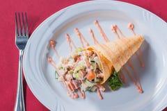 Insalata con salsa del cono della cialda e carne verde Immagini Stock