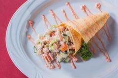 Insalata con salsa del cono della cialda su un piatto rotondo Fotografia Stock Libera da Diritti