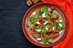 Insalata con spinaci, la mozzarella, le noci e le carote caramellate Fotografie Stock Libere da Diritti