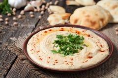 Insalata cremosa ebrea tradizionale del pranzo di hummus con Fotografia Stock