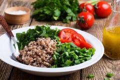 Insalata cucinata sana del grano del grano saraceno con gli ortaggi freschi fotografia stock libera da diritti