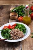Insalata cucinata sana del grano del grano saraceno con gli ortaggi freschi immagini stock libere da diritti