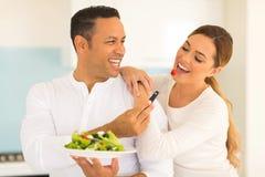 Insalata d'alimentazione della moglie del marito Fotografia Stock