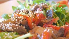Insalata da fegato in sesamo, basilico e pepe bulgaro, bugia su un'insalata della zucca video d archivio